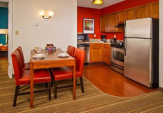 Ellicott City, Мэриленд: Two-Bedroom Suite Kitchen