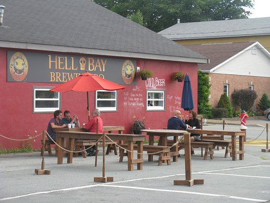 Liverpool, Kanada: Hell Bay's new Beergarden, summer 2016 with food trucks across the street