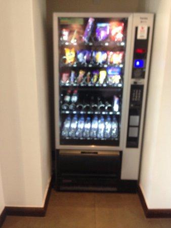 Premier Inn Luton Town Centre Hotel: vending machine