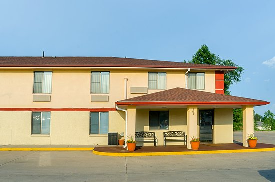 Econo Lodge Lansing - Leavenworth: Exterior