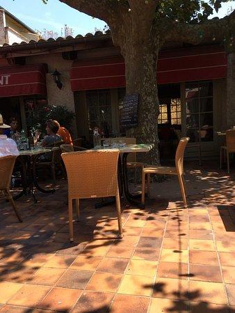 Rochemaure, Γαλλία: Sous le soleil mais avec l'attente de la commande.  Repas simple type bavette (très tendre par a