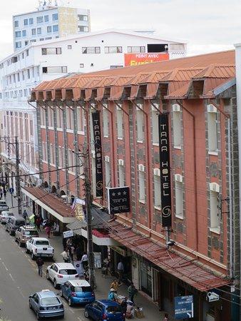 Tana Hotel: 日中の外観
