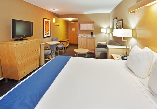 Modesto, CA: Enjoy our very spacious King Suite w/ sofa and tables