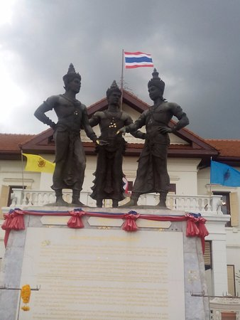 Three Kings Monument: อนุสาวรีย์ท่ามกลางเมฆฝน