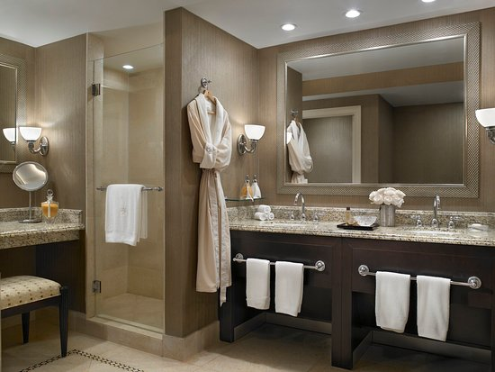 Sunny Isles Beach, FL: Oceanfront Room Bathroom