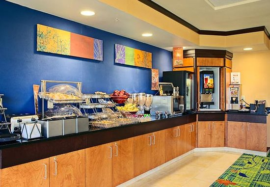 Fairfield Inn & Suites Anniston Oxford: Breakfast Bar