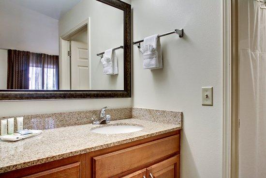 Staybridge Suites Middleton / Madison: Guest Bathroom