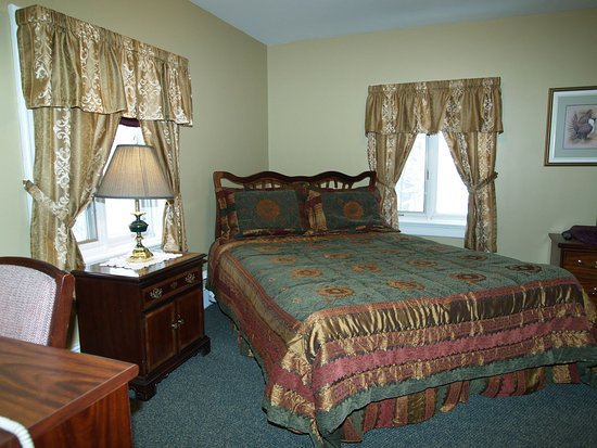 Pictou, แคนาดา: Junior Suite with queen bed.