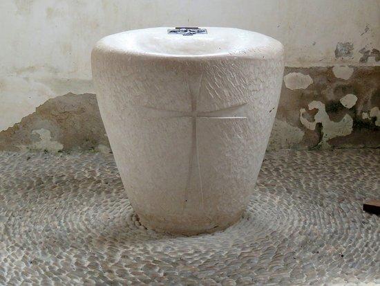 Lessay, Francia: Linearità del fonte battesimale