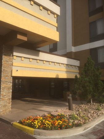 BEST WESTERN PLUS Denver Tech Center Hotel: Entrance with fresh marigolds