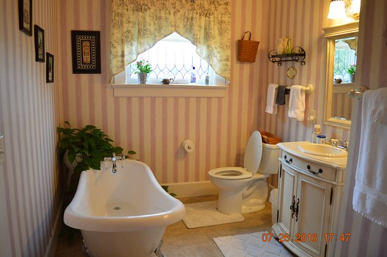 The Garver House Bed & Breakfast : There is also a shower