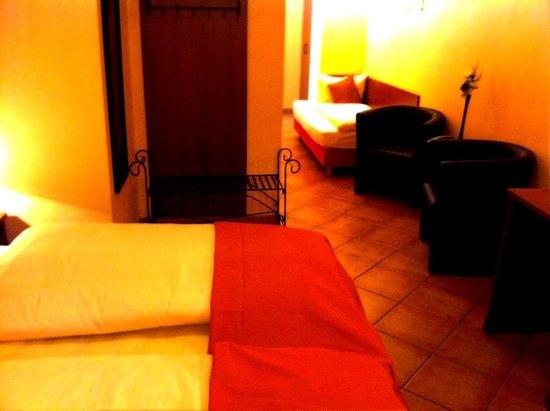 City Hotel-West: Triple comfort room
