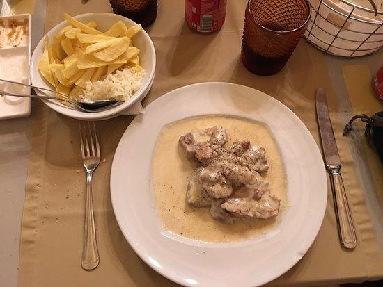 Idanha-a-Nova, Portugal: Dueto de Robalo e salmão ; bife Pimenta ; febras à Monsanto; lombo com molho de queijo de cabra