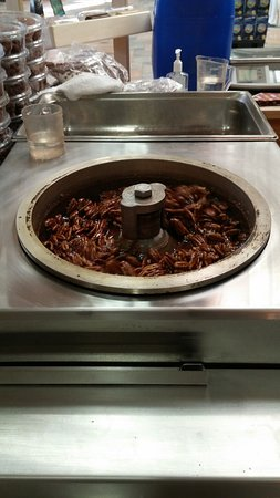 Buda, Teksas: The candy pecans being made fresh in thr store. Yum!