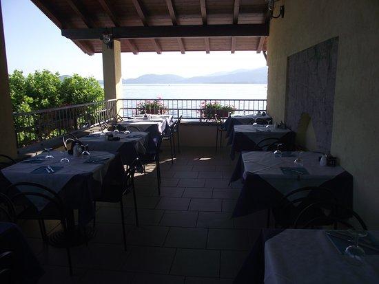 Monvalle, Italia: Terrasse surplombant le lac