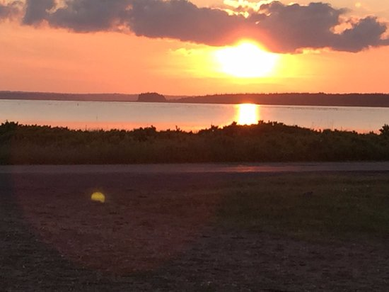 Stratford, Canadá: Wonderful sunset from beachside restaurant in Panmure Island