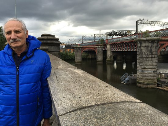 Jurys Inn Glasgow: puente cercano