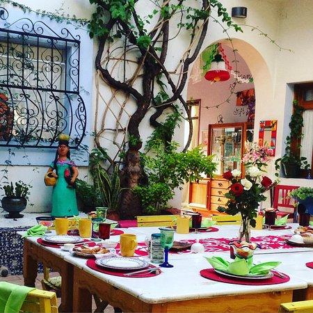 El Diablo y la Sandia Libres : החצר הפנימית של המלון - השולחן ערוך לארוחת הבוקר