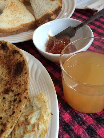 The Grand Shamba-La: Breakfast with local apple juice and jam