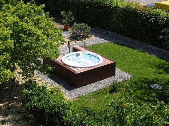 Hotel Garni Fontana: Hotel Garden With Jacuzzi