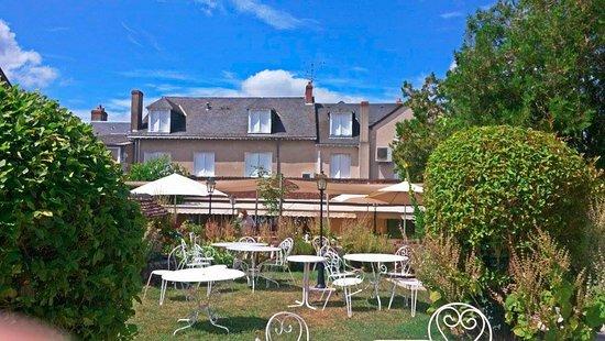 Jardin magnifique foto van auberge du centre chitenay for Auberge du jardin