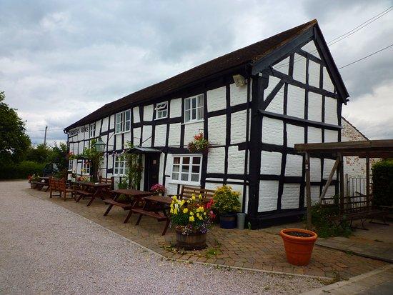 Beautiful pub building - Picture of Farmers Arms Birtsmorton