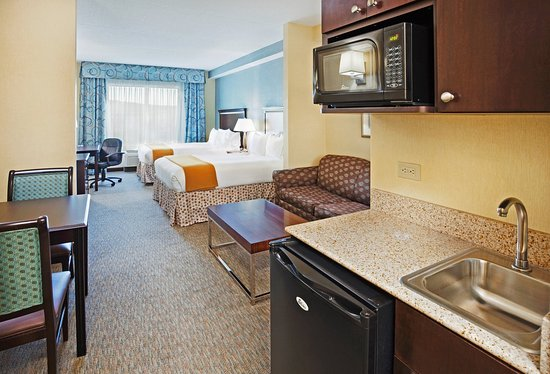 Holiday Inn Express Hotel & Suites Smyrna-Nashville Area: A suite with kitchenette and dining area