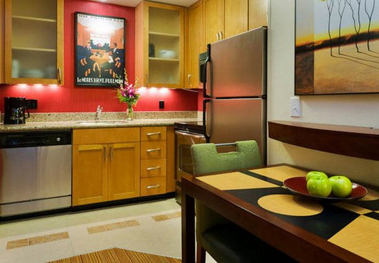 Port Saint Lucie, ฟลอริด้า: All of the suites at our hotel include fully-equipped kitchens.