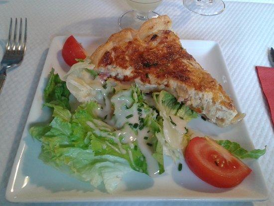 Saint-Flovier, France: Tarte aux oignons, entrée tiède bien réalisée.