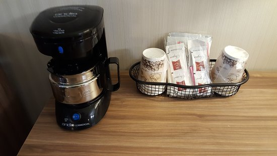 Aartpark Hotel Inn at Lewiston: Complimentary coffee in every room