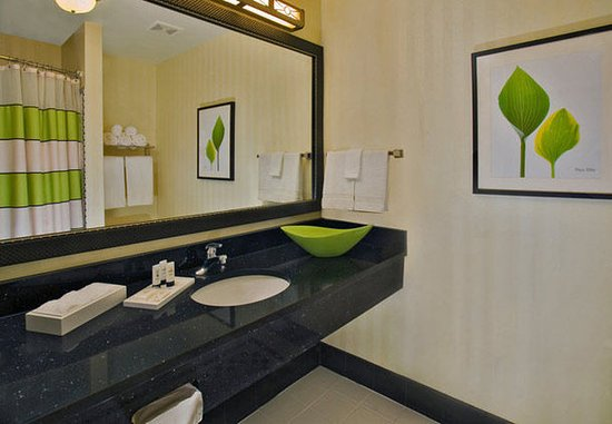 Fairfield Inn & Suites Weatherford: Guest Bathroom
