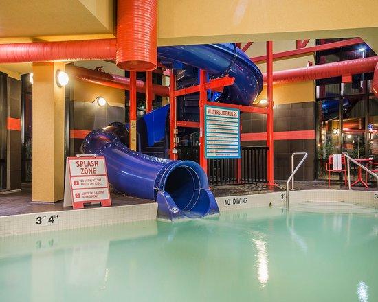 Comfort Suites Kelowna: Pool With Waterslide