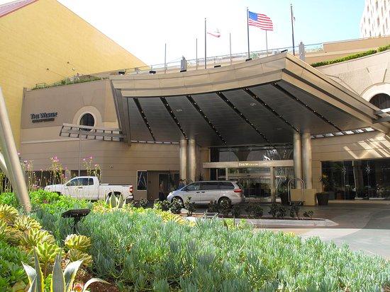 The Westin San Diego Gaslamp Quarter: Valet Parking & Entrance