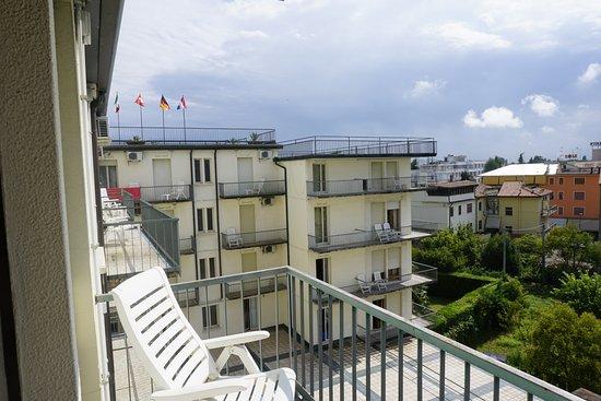Hotel Grand Torino: Smal roestig metalen balkon.