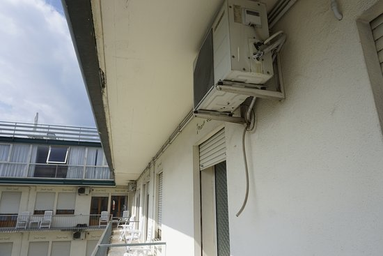 Hotel Grand Torino: Verwaarloosde balkon en airco's