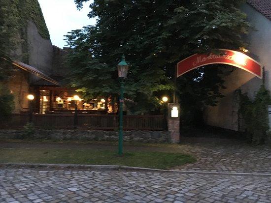 Markisch Buchholz, Germany: von der Straßenseite unter einer schönen Kastanie. Offene Küche.
