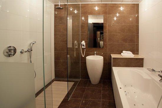 Badkamer Hotelkamer - Foto van Van der Valk Hotel Den Haag-Nootdorp ...