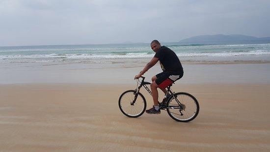 Playa Peiro: Pedalando 10 Km pra ir das barracas ao final da praia do Peró e voltando!