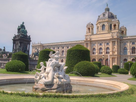 https://media-cdn.tripadvisor.com/media/photo-s/0c/60/93/ce/wien-khm.jpg
