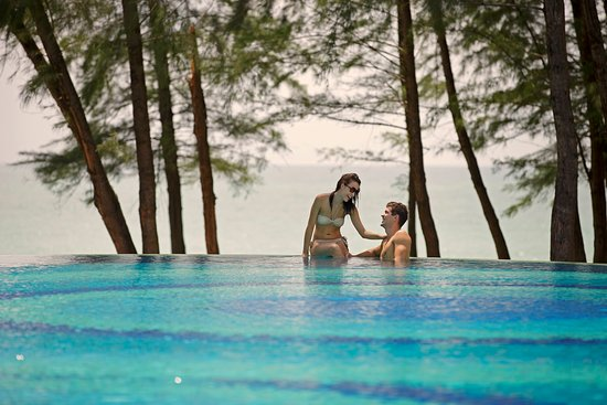 Holiday Inn Phuket Mai Khao Beach Resort: Infinity pool over looking the beach