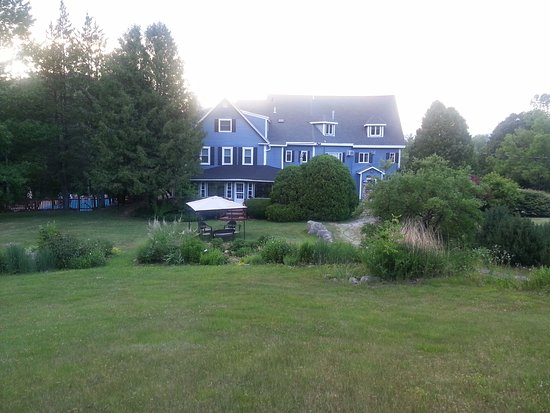 Darby Field Inn: View from Back Yard