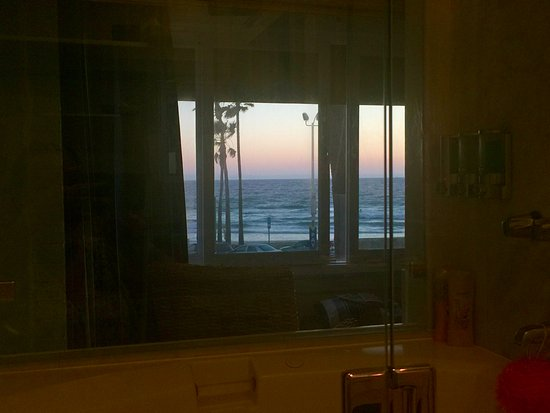 Newport Beach Hotel: looking out from the bath!