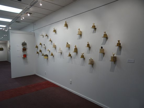 Invercargill, Νέα Ζηλανδία: Local artist, Annie Bourque, exhibitons her 'Trophy Heads' during a recent exhibition