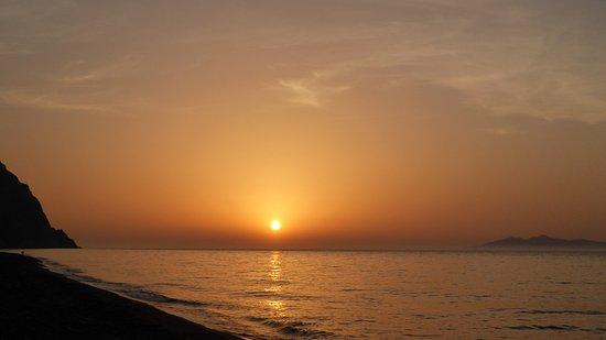 أتلانتس بيتش فيلا: Sunrise over the beach near the hotel