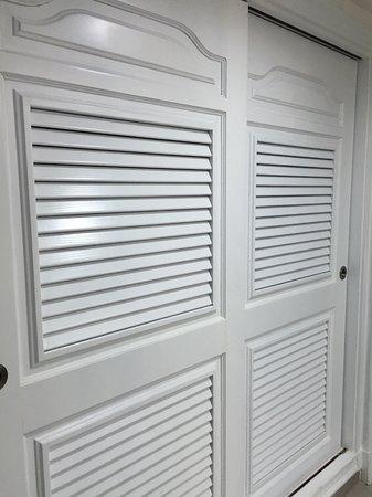 Room 4206 wardrobes (22 hangers)