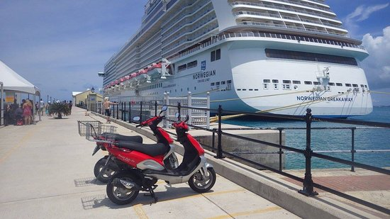 Paget Parish, Bermudy: Oleander Scooters next to our cruise ship in Bermuda