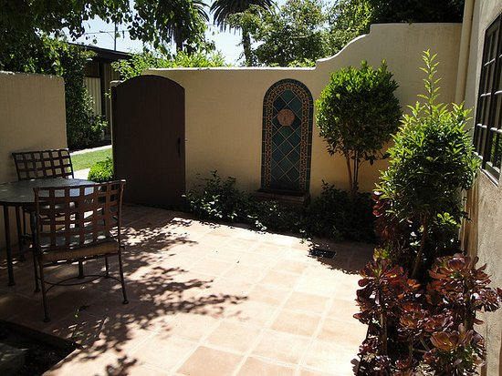 Ojai, CA: Enjoy a private patio when you splurge on our suites!