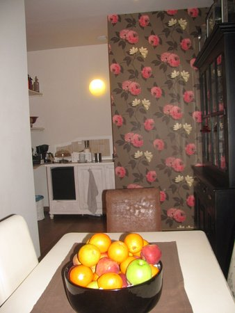 B&B La Dimora degli Angeli: sitting room and mini kitchen for guests