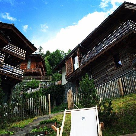 CERVO Zermatt: Gartenterrasse mit Blick auf Wohnchalets