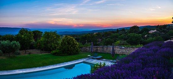 Domaine de L'Enclos : Fantastic sunset over the pool!